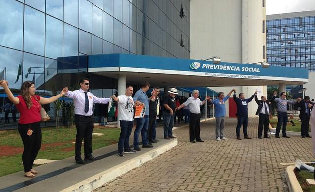 Representantes do movimento nacional A Previdência é nossa! Pelo Direito de se Aposentar! fazem um abraçaço em frente ao ministério / Paula Labossière/ Agência Brasil